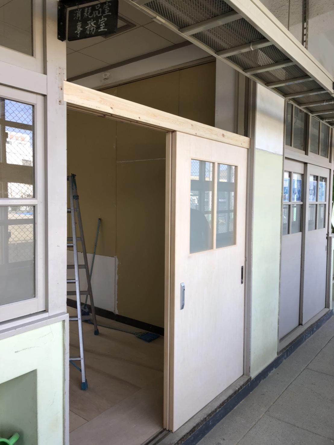 中学校の教室ドア新調