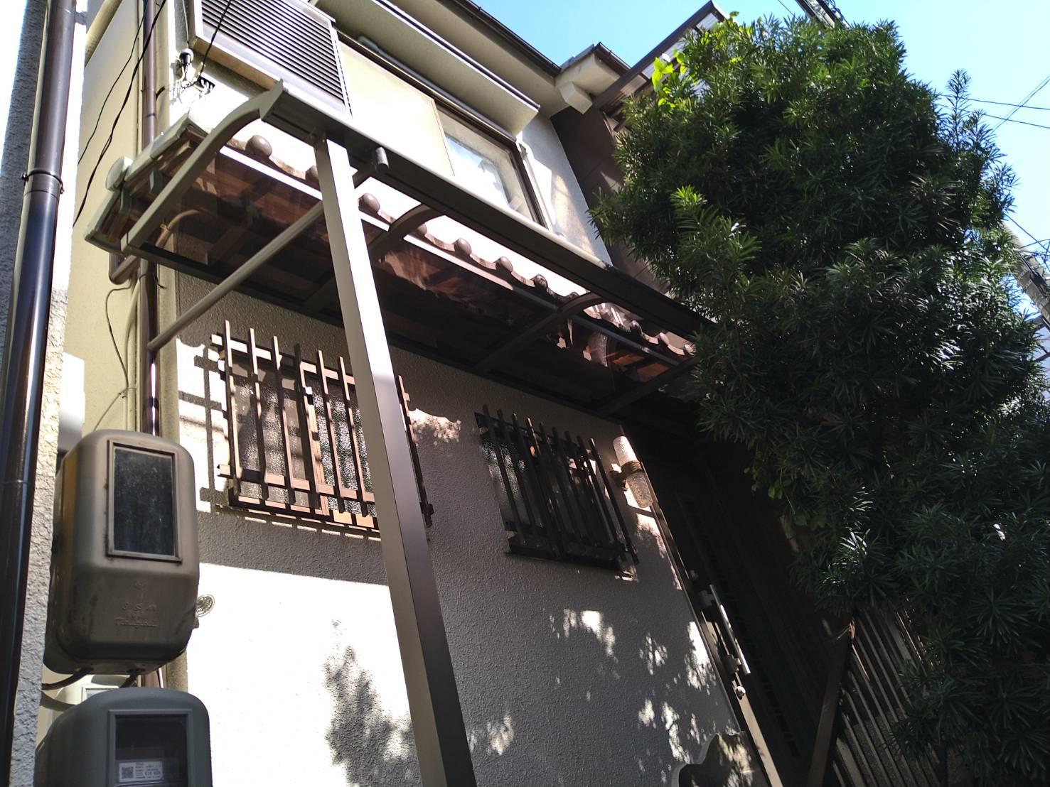 玄関に屋根を取り付けました